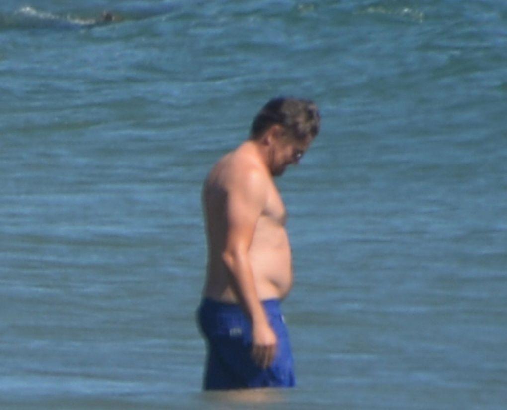 Leo DiCaprio y Camila Morrone en la playa