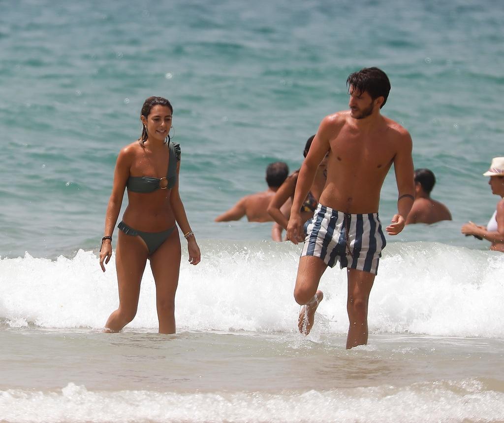 Anna Ferrer y su novio, en la playa.