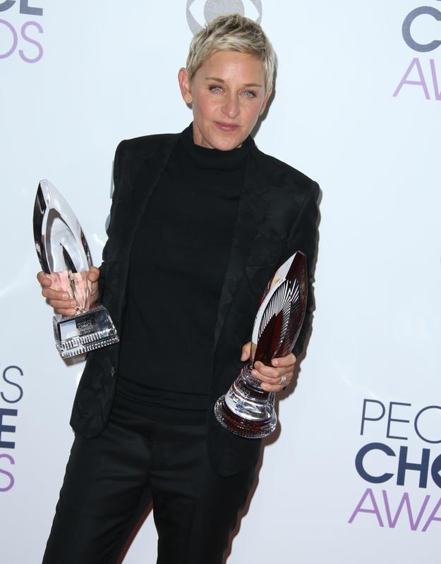 Ellen DeGeneres posando con premios