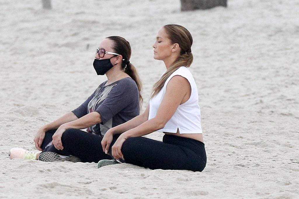 JLo medita en la playa.