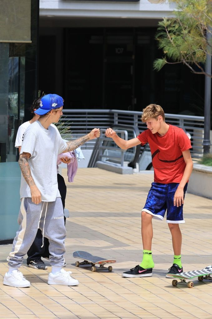 Justin hace un regalo