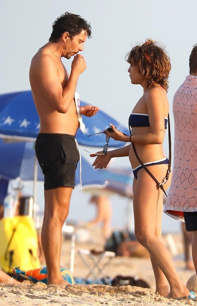 María y Paco León en la playa