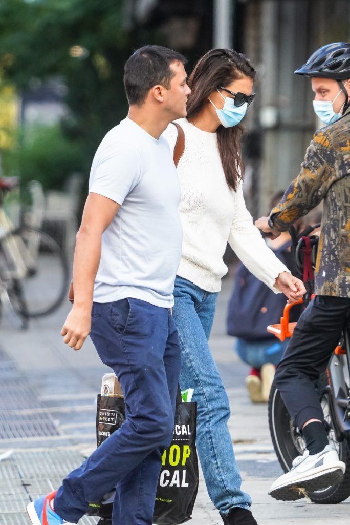 Katie Holmes y su novio Emilio Vitolo Jr paseando por Nueva York