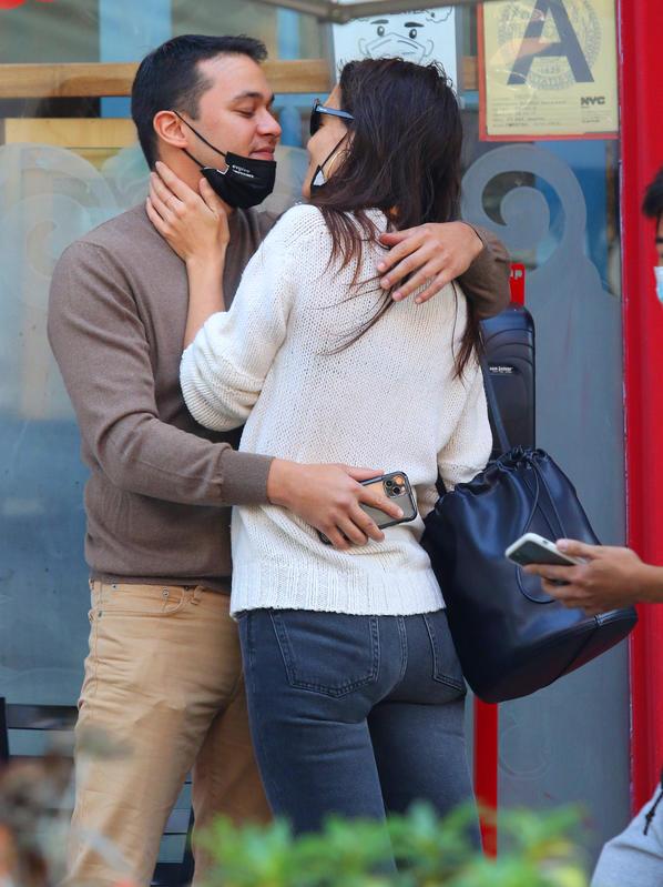 Katie Holmes y su nuevo novio se miran con amor.crush.news.