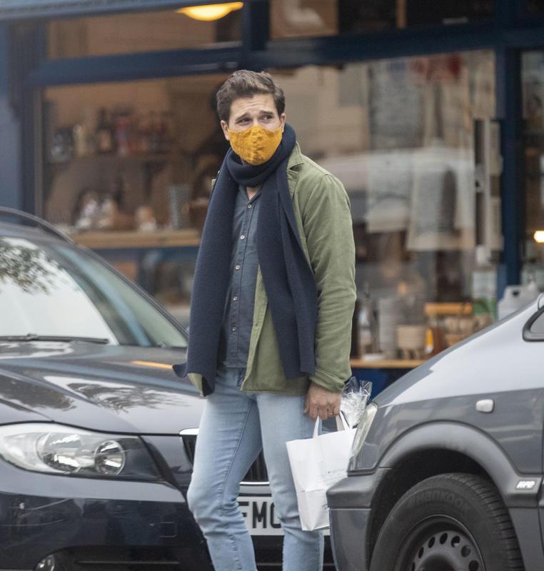 Kit Harington paseando tras conocerse la noticia de que será padre.crush.news.
