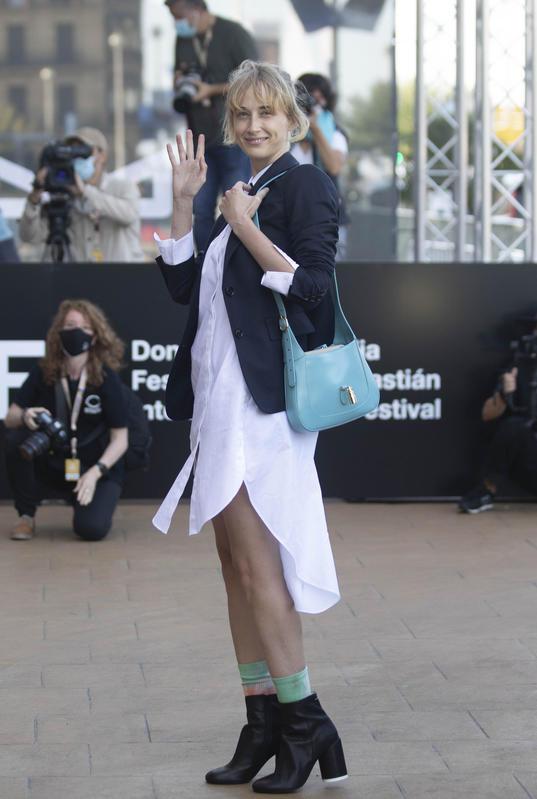 La actriz Ingrid Jonsson llegnado al Zinemaldía 2020
