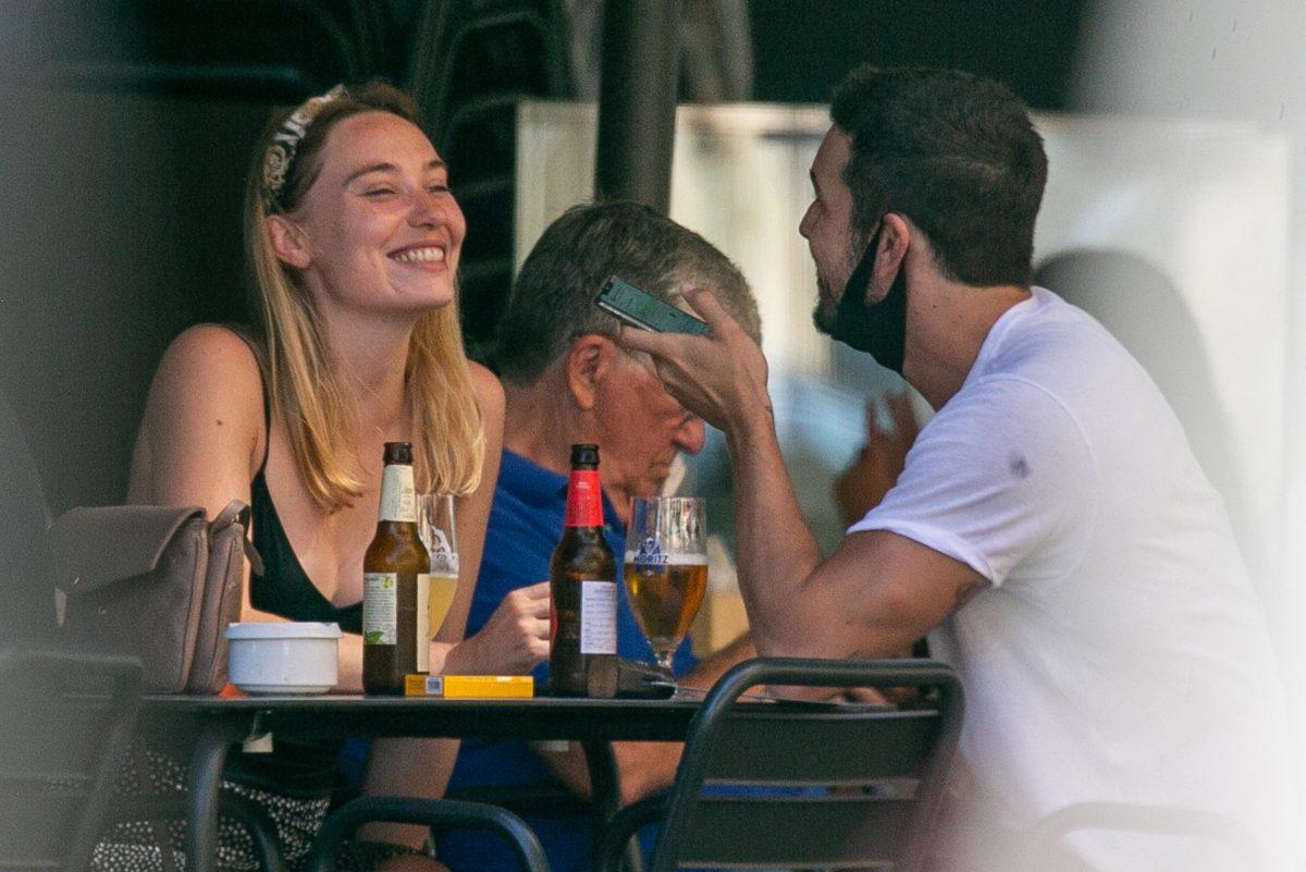 Mario Casas y su nueva novia, en una terraza en Barcelona.