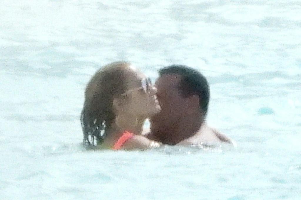 Jennifer López y su novio Álex Rodríguez abrazados en el agua.crush.news.
