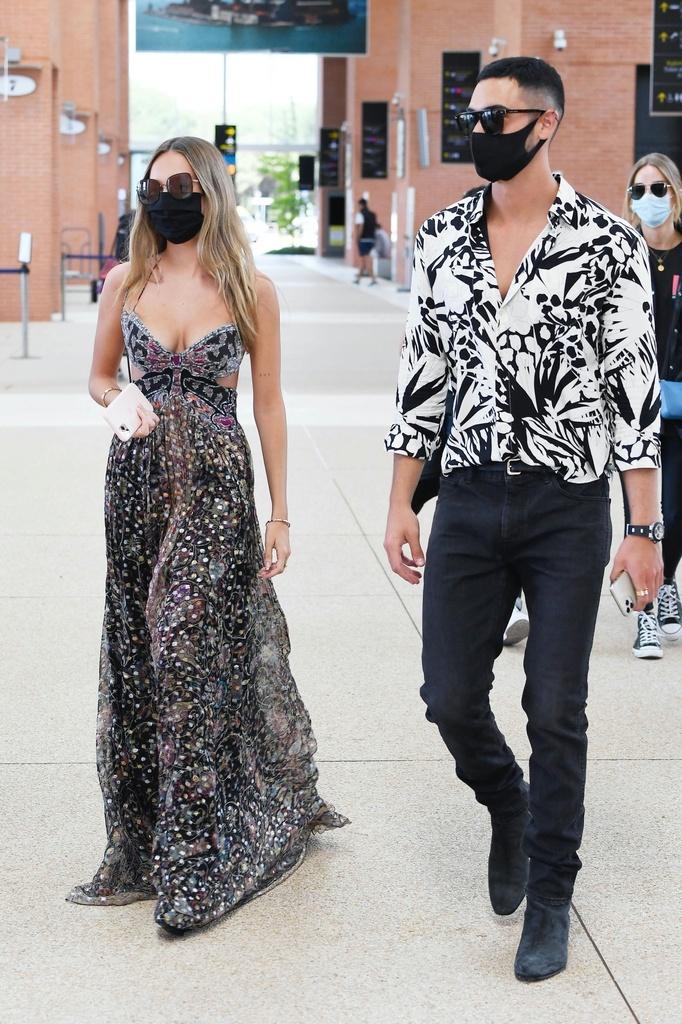 Ester Expósito llega a Venecia con su novio,