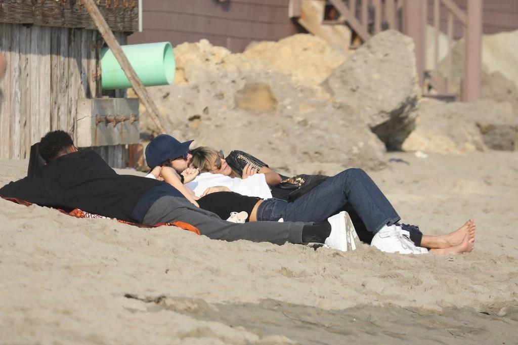 Heidi Klum con su marido Tom Kaulitz en la playa en Malibú. crush.news.