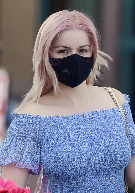 Ariel Winter con el pelo rosa.