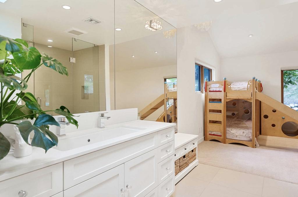 baño de los niños de Elsa y Chris en su casa de Malibú