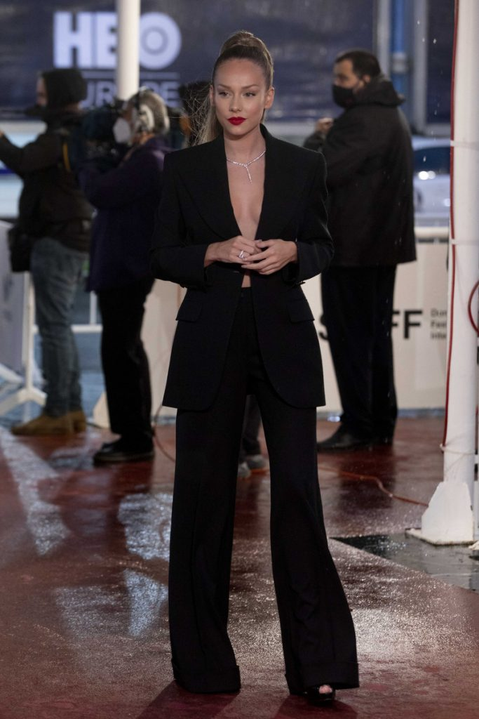 Ester Expósito en San Sebastián, con traje chaqueta negro y joyas de Bulgary