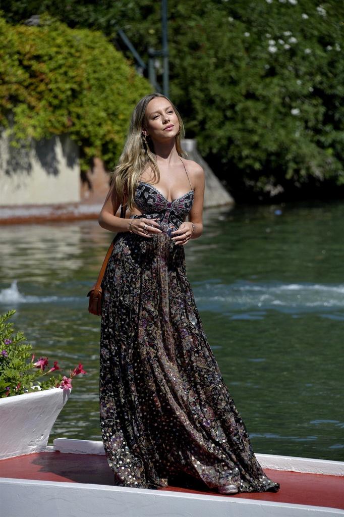 Ester Exposito triunfa en Venecia con look de Etro.