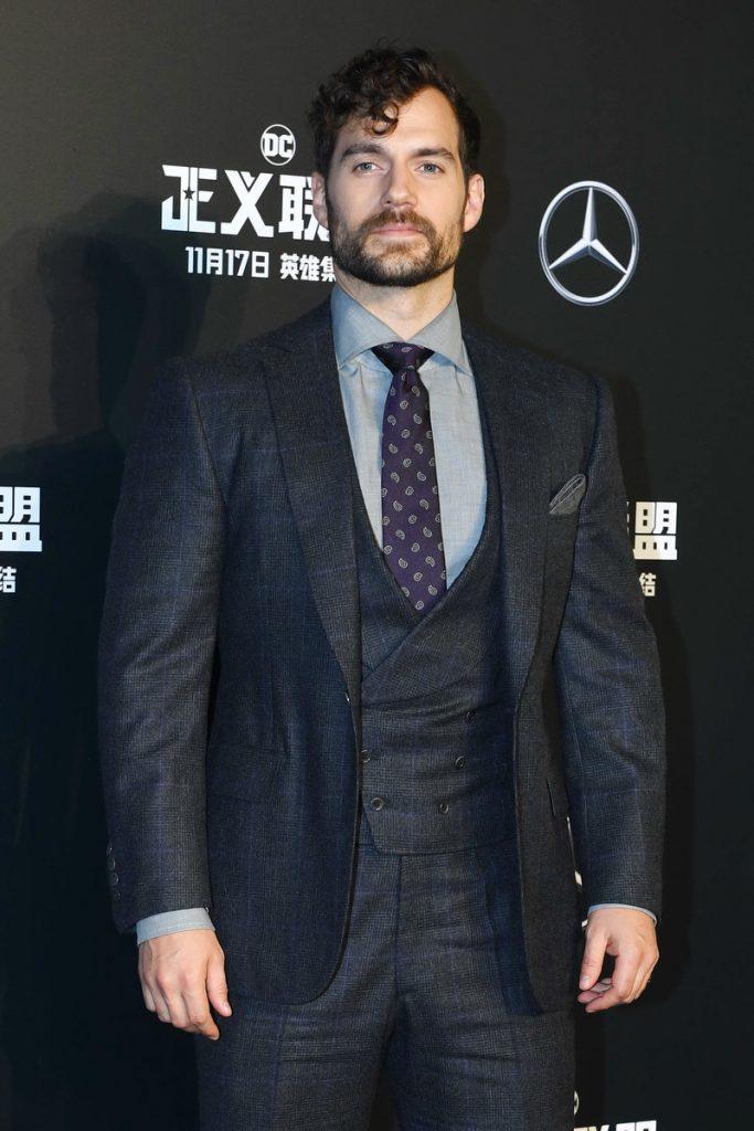 Henry Cavill puede ser el nuevo James Bond. En la imagen, traje chaqueta en la premiere de 'La liga de la justicia'
