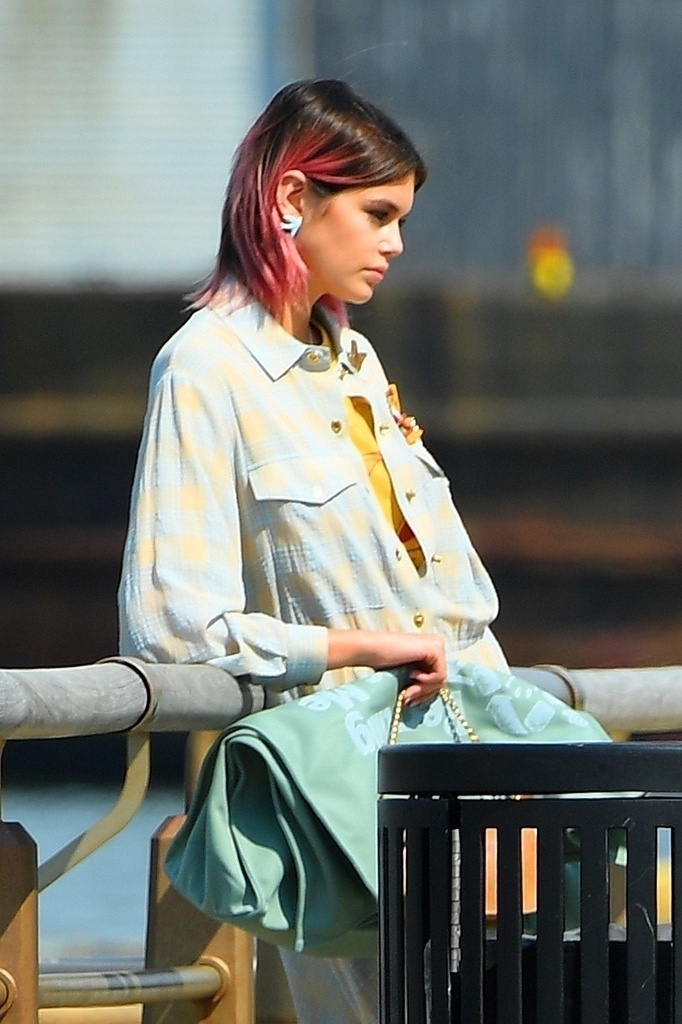 Kaia Gerber con el pelo rosa.