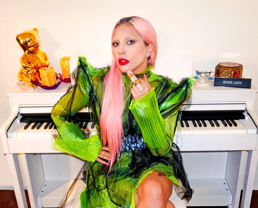 Lady Gaga con pelo rosa.