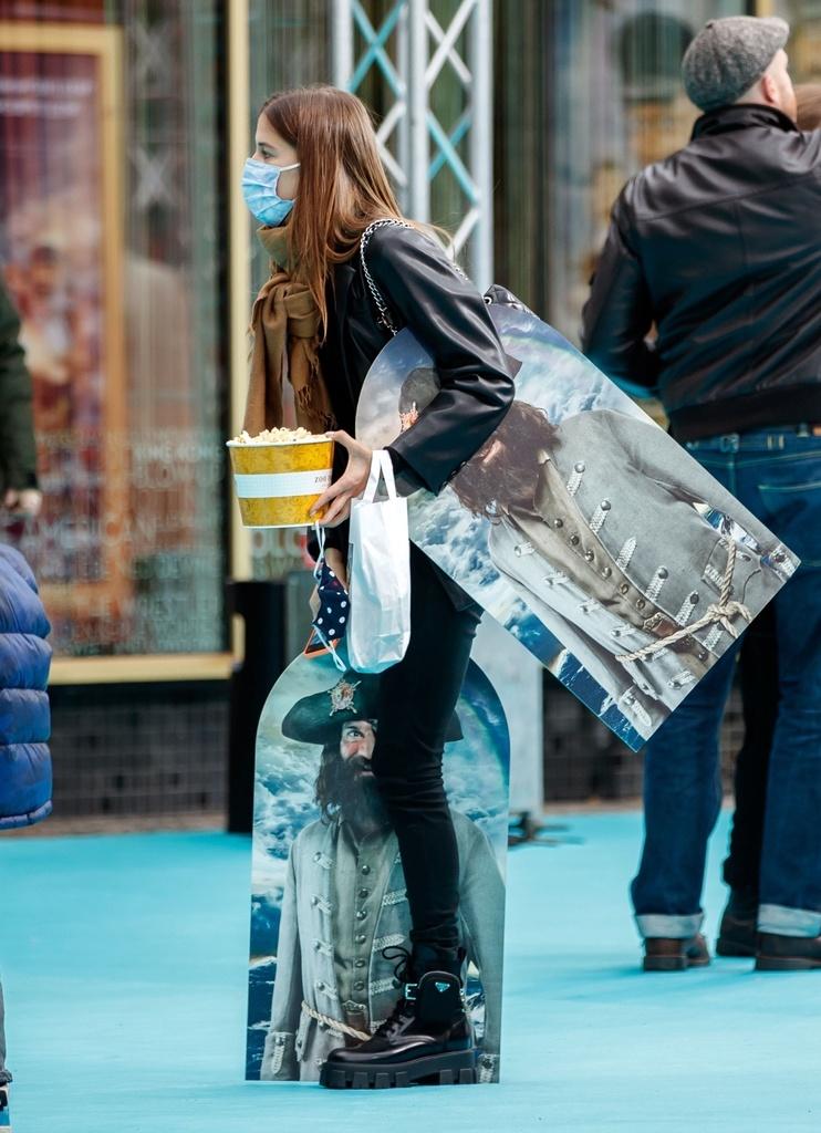 La novia e Brad Pitt, cargada de cosas.