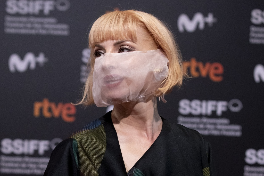 Najwa Nimri lleva mascarilla transparente en San Sebastián.
