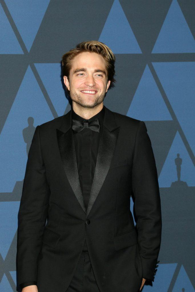 Robert Pattinson puede ser el nuevo James Bond. En la imagen, con smoking negro