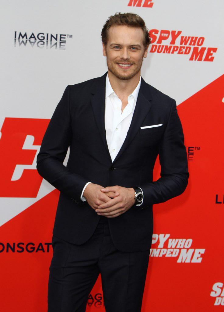 Sam Heughan es uno de los favoritos para ser el nuevo James Bond. En la imagen, con traje negro y camisa blanca para la premiere de 'La espía que me plantó'
