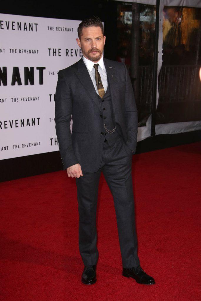 Tom Hardy puede ser el nuevo James Bond. En la imagen, con traje de chaqueta en la premiere de 'El Renacido'