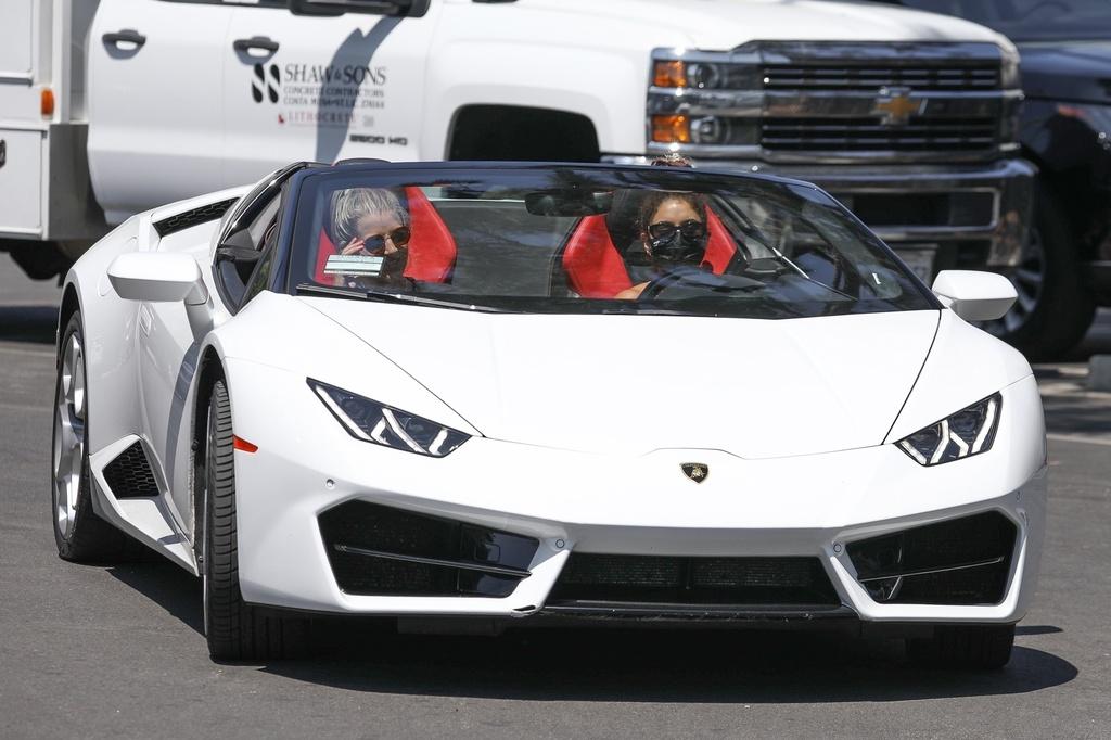 Vanessa Hudgens va en Lamborghini