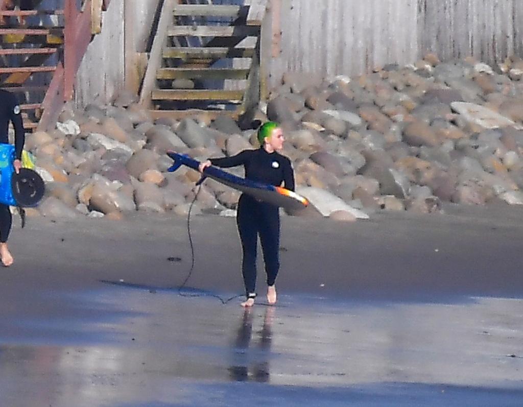 Billie Eilish surfeando en Mallibú