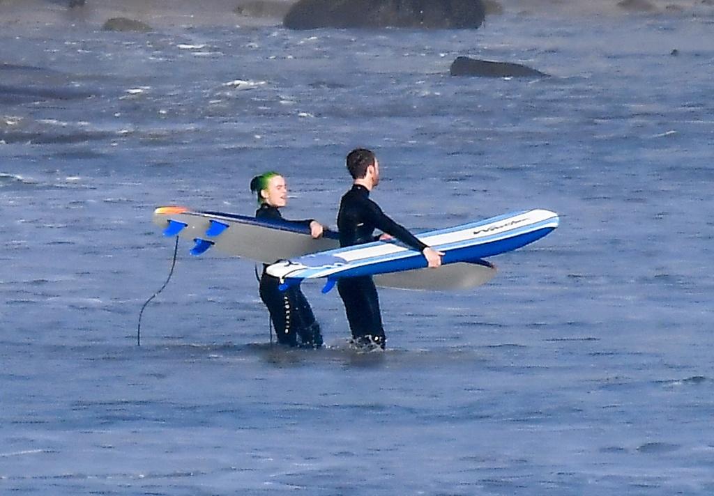 Billie Eilish surfeando con su hermano Finneas