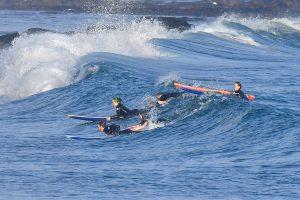 Billie Eilish surfeando en familia en Malibú