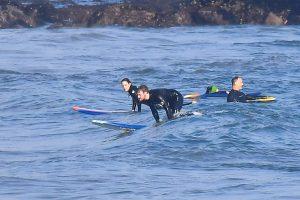Billie Eilish con su hermano y su novia surfeando en Malibú