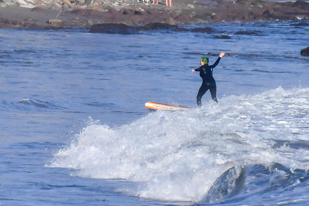 Billie Eilish sobre una ola en Malibú
