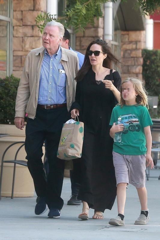 Jon Voight, en la imagen con Angelina Jolie y uno de sus nietos, apoya la campaña de Trump