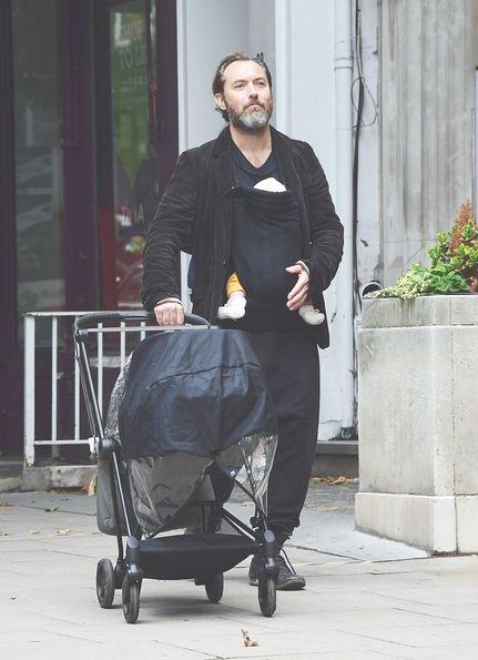 Jude Law con su bebé