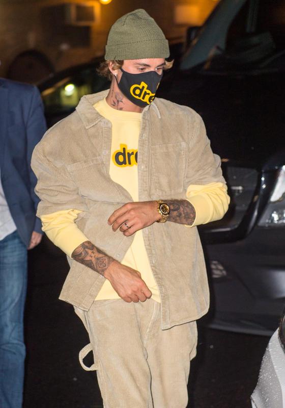 Justin Bieber con una sudadera de su marca.