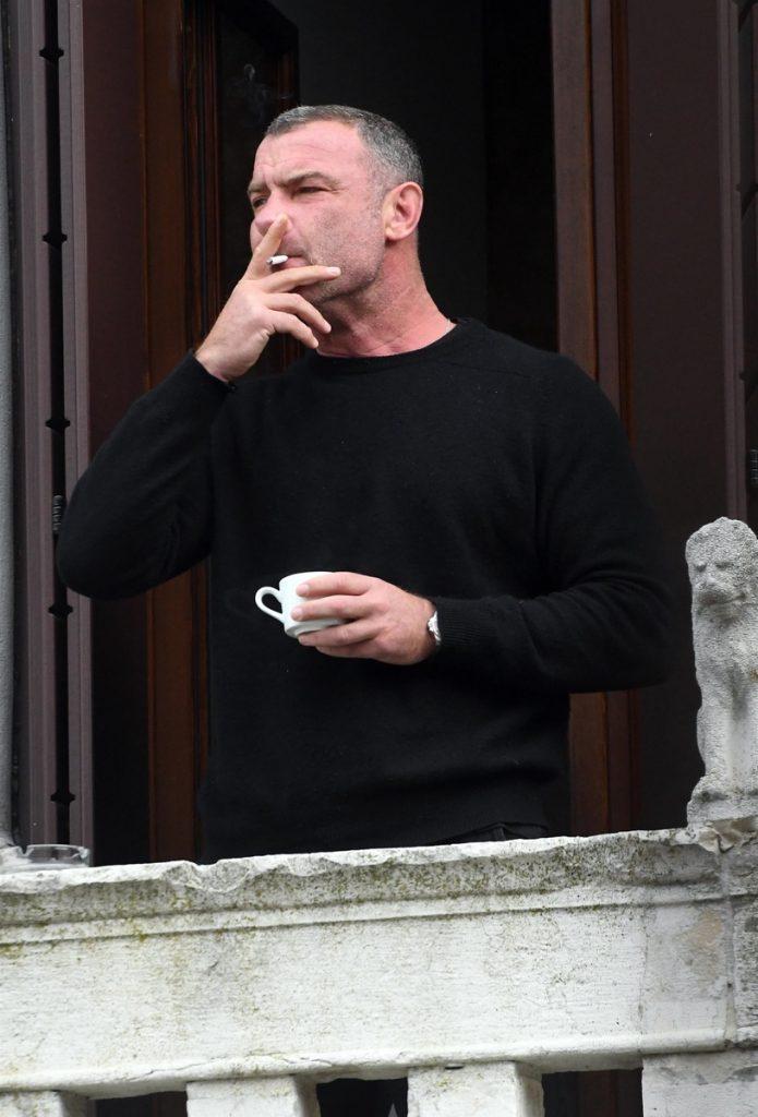 Liev Schreiber, lievin la vida loca en Venecia: se relaja fumando un cigarro en el balcón mientras mira al horizonte