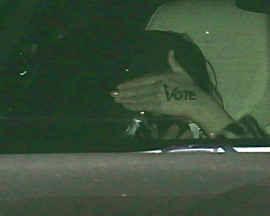 «Vote» (vota) escrito en su mano es el recadito a Donald Trump que dejó Selena Gomez a los fotógrafos