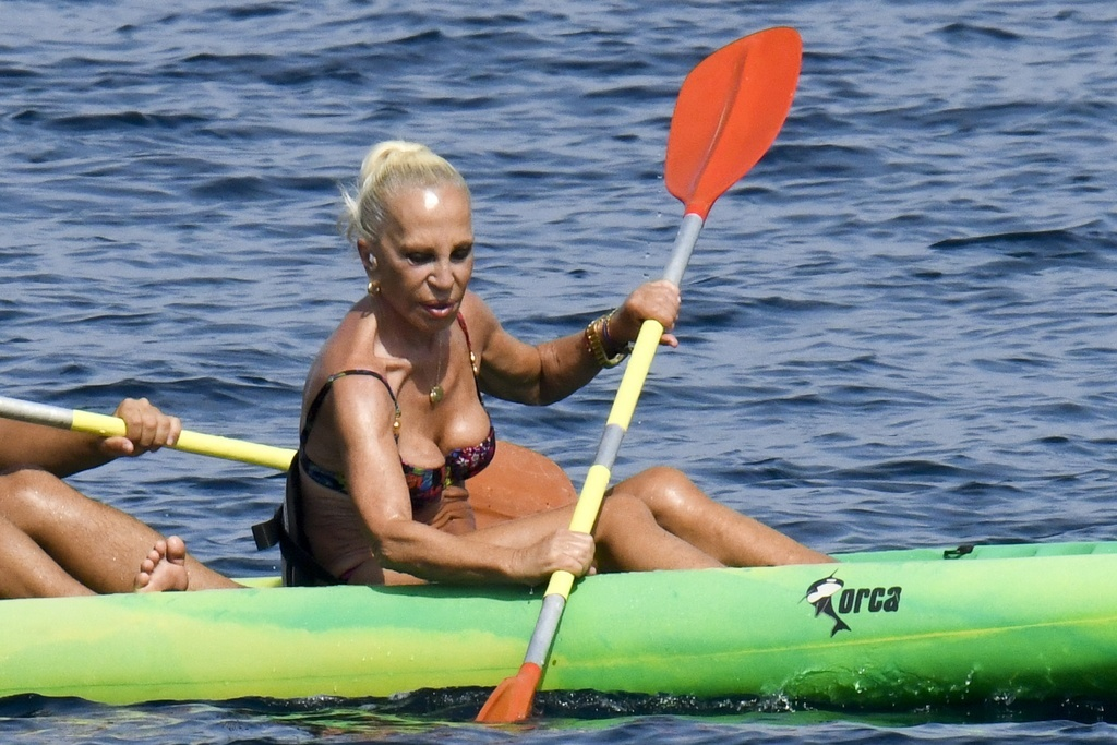 Donatella Versace en bikini.crush.news.