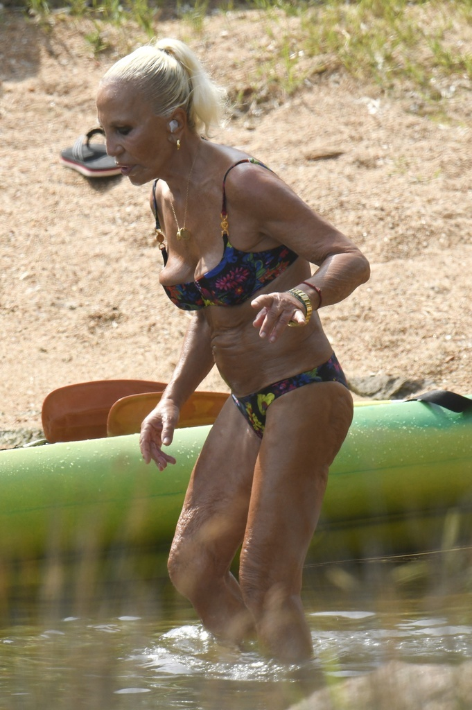 Donatella Versaceen bikini.crush.news.