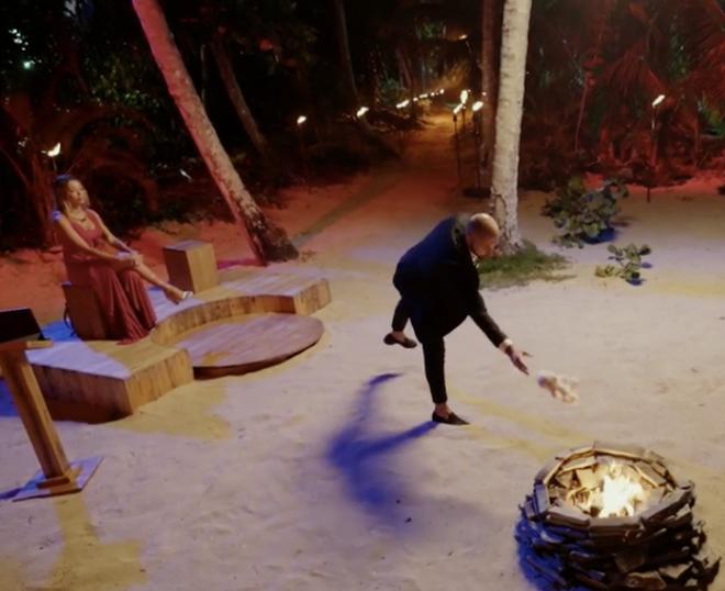 Pablo lanza a Rosito a la hoguera.