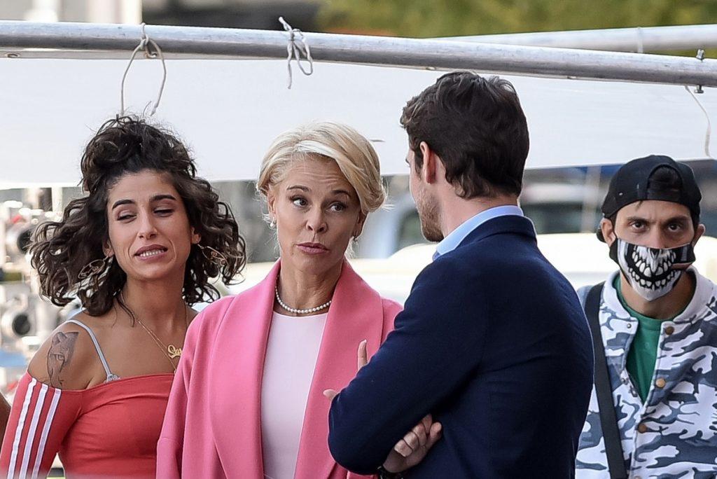 Belén Rueda, entre su hijo y la novia de este en la ficción