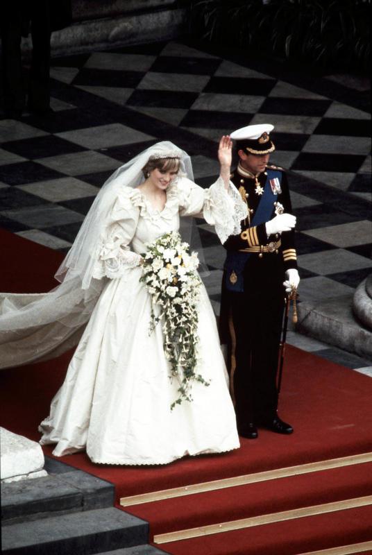 Por supuesto, veremos una fiel reproducción de la boda de Carlos y Lady Di en The Crown.