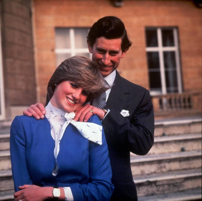 Una imagen icónica de Lady Di en The Crown y en la vida real fue el anuncio de su compromiso.