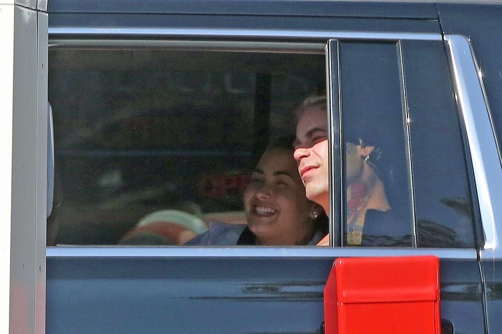 Demi Lovato y Mod Sun juntos en la parte de atrás de un coche