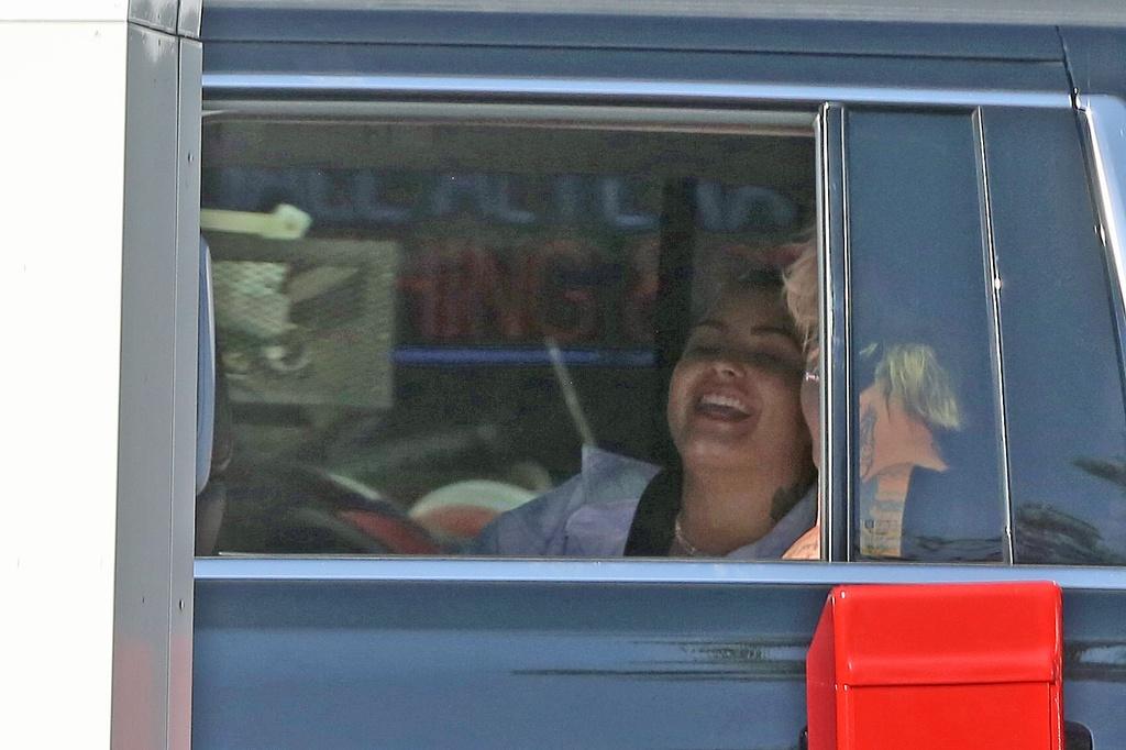 Demi Lovato y Mod Sun de risas y buen rollo en un coche en Los Angeles