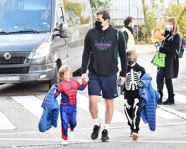 Iker Casillas lleva a sus hijos al cole disfrazados de Halloween