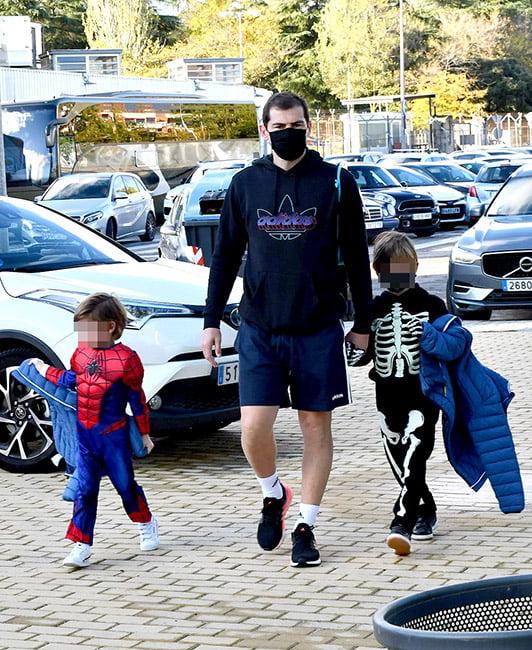 Iker casillas lleva a sus hijos al cole
