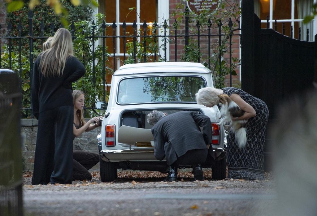Kate Moss y su hija inspeccionan el Mini que Lila recibió por su cumpleaños