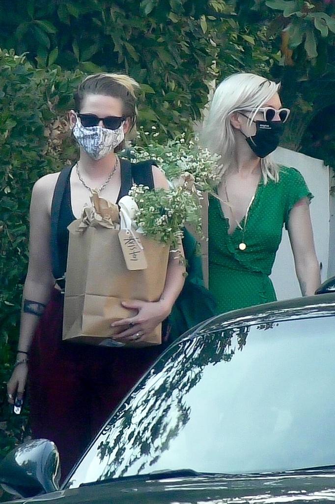 Kristen Stewart y su novia llegan al babyshower de Emma Roberts.