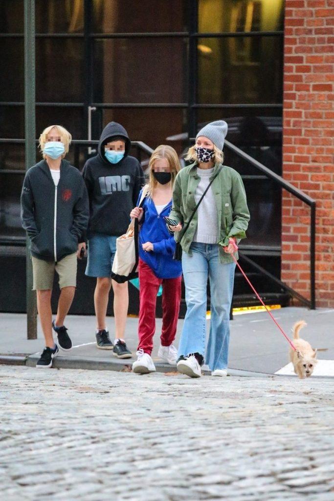 Naomi, con sus hijos y su mascota, mientras su ex está lievin la vida loca